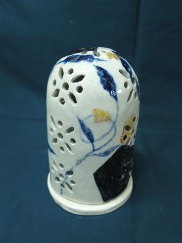近藤さん自作の陶器ランプシェードです